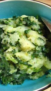 Á TABLE – COLCANNON : Pommes de terres et chou frisé (Kale) .