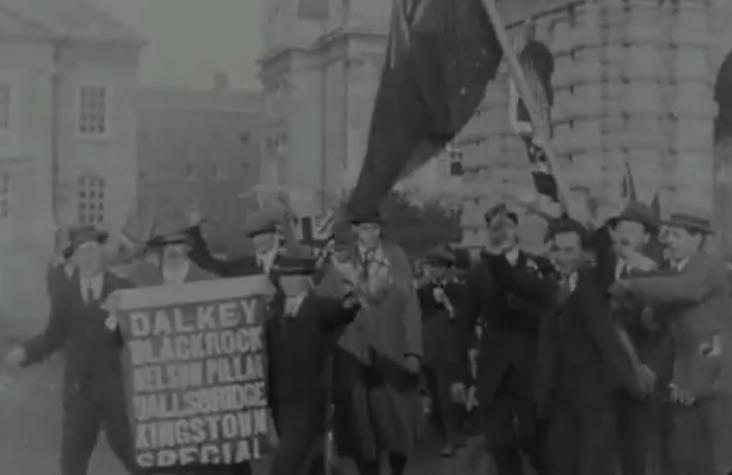 La joie de la foule à Dublin à l'annonce de l'Armistice